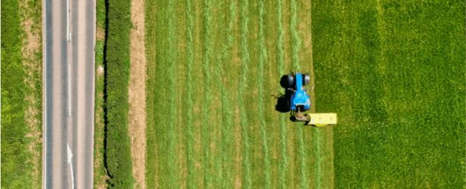 traktor melakukan pemangkasan